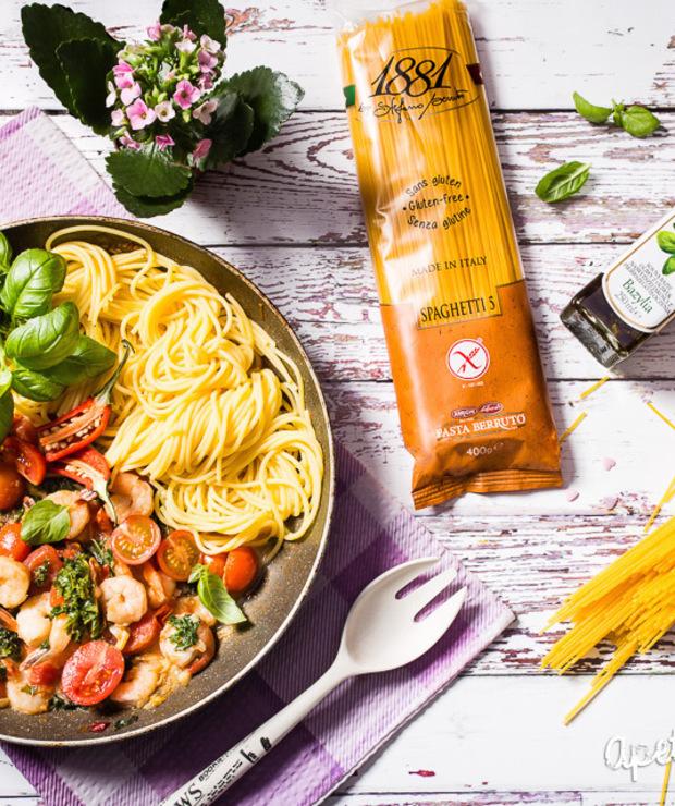 Spaghetti bezglutenowe zkrewetkami ijarmużem - Dania z makaronu