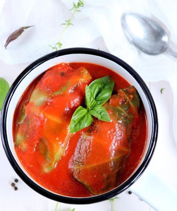 Gołąbki z mięsem  i kaszą jaglaną w sosie pomidorowym  - Drób