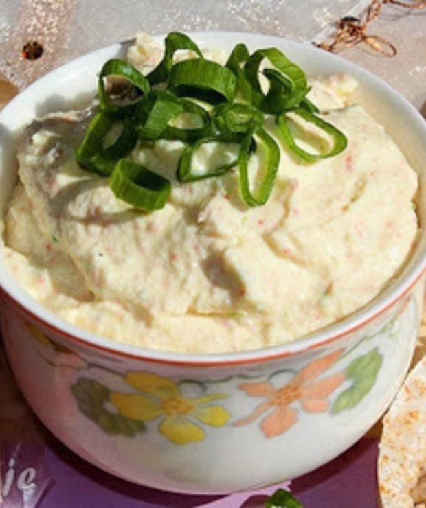 Pasta z jajek i serka wiejskiego z paluszkami surimi - Pasty do chleba