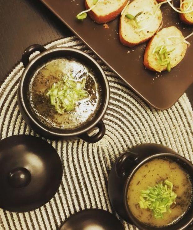 Zupa cebulowa z serowymi grzankami - Z warzywami