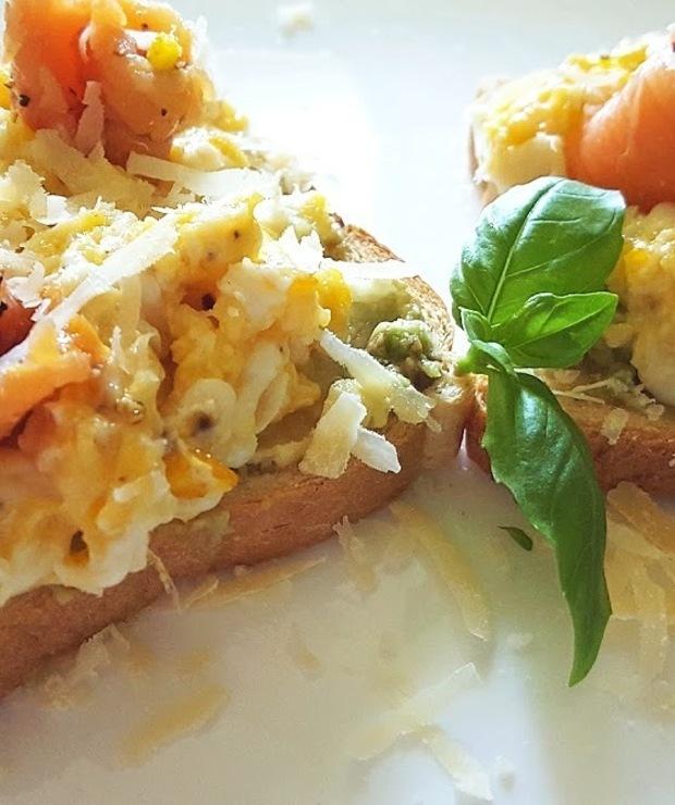 Tosty z jajecznicą, awokado i wędzonym łososiem - Kanapki i tosty