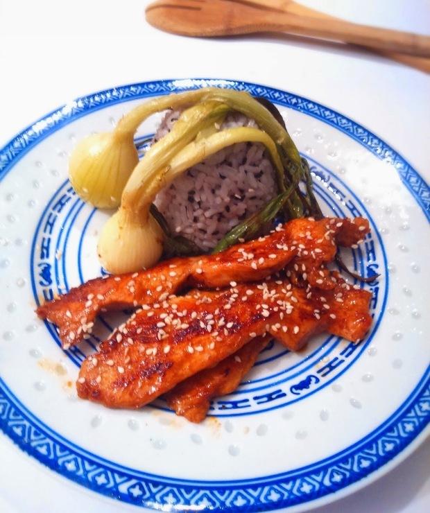 Sezamowy filet z indyka z pieczoną dymką - Drób