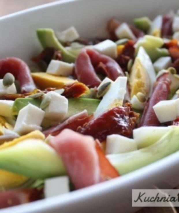 Sałatka zszynką parmeńską, awokado isuszonymi pomidorami - Mięsne