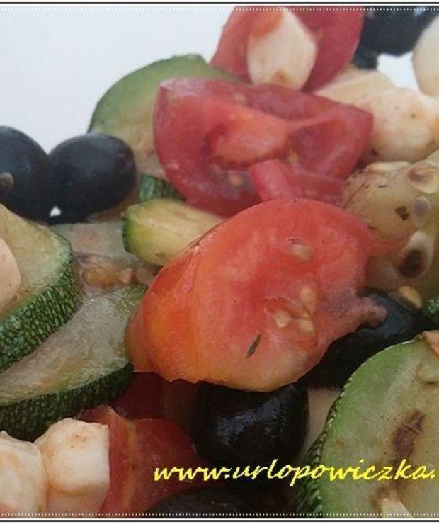 Sałatka z mozzarelą i grillowaną cukinią - Surówki