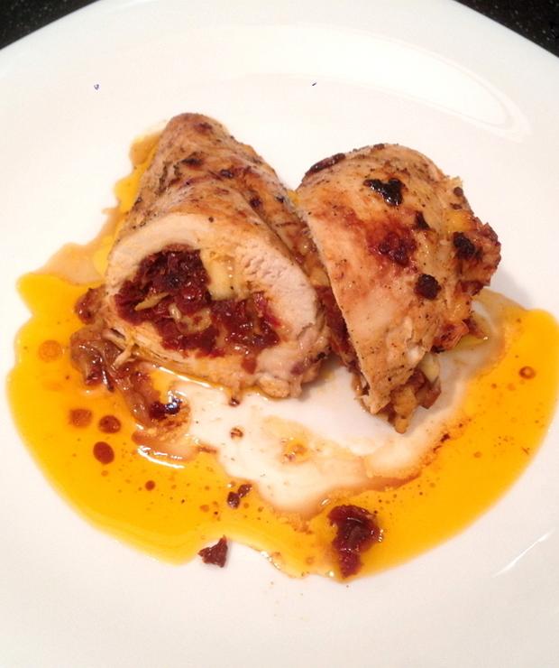 Piersi kurczaka nadziewane suszonymi pomidorami i serem - Drób