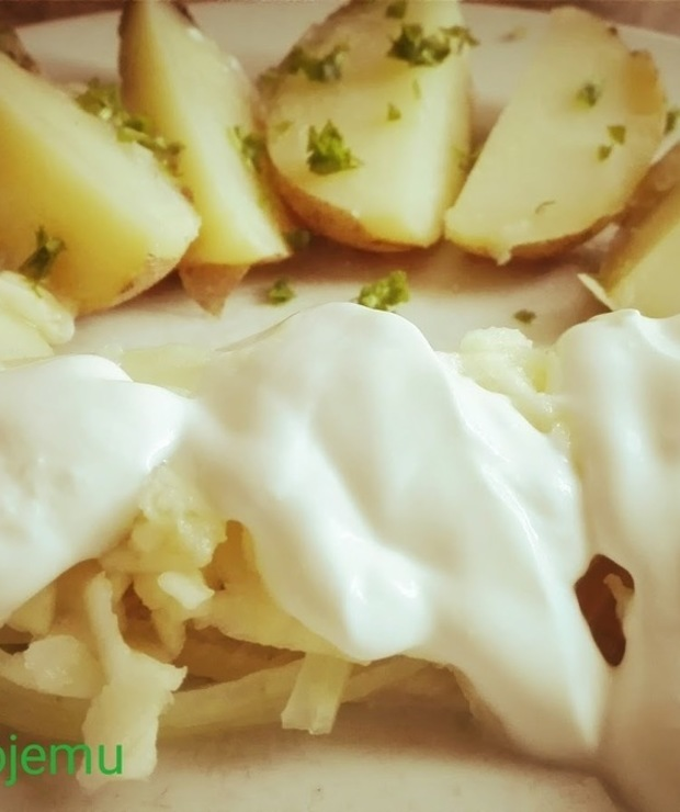 Na postny obiad: Śledź w jogurcie z ziemniaczkiem w mundurku - Śledź