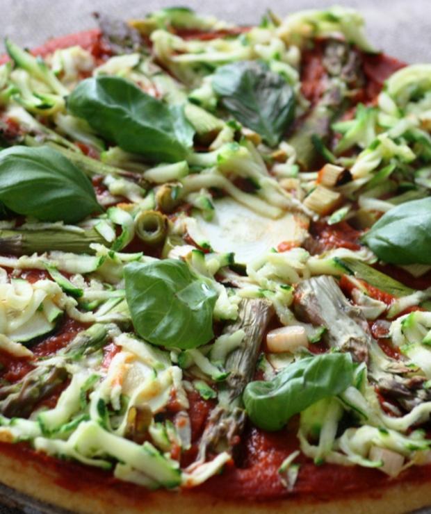Wegańska pizza z zielonymi szparagami - Warzywa