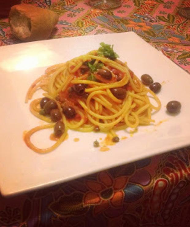 Spaghetti alla puttanesca - sos lekkich obyczajów - Dania z makaronu