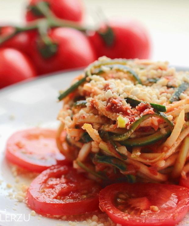 Niskokaloryczne spaghetti z sosem pomidorowym - Dania z makaronu