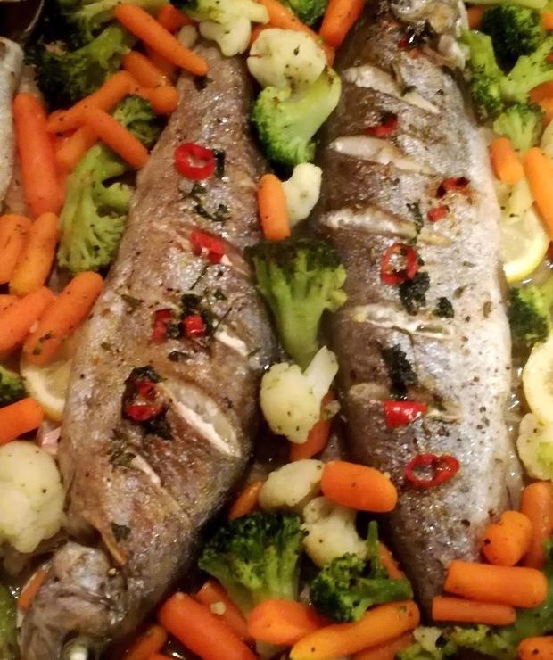 Pstrąg pieczony z masłem chili i warzywami - Pstrąg
