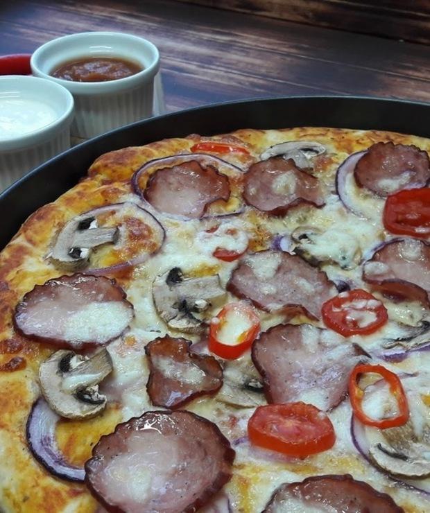 Puszysta pizza z kiełbasą krakowską - Pizza i calzone