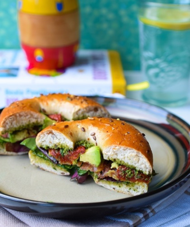 Bajgle z pesto i awokado - Kanapki i tosty