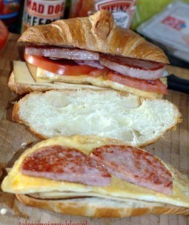 Śniadaniowy croissant z omletem i tym dziecinnym przysmakiem - Kanapki i tosty