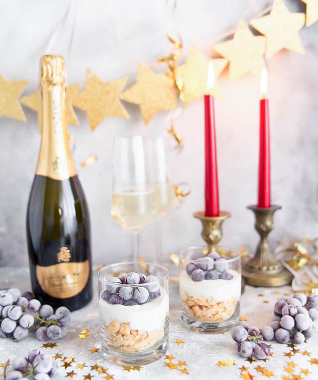 Jogurtowy deser z szampanem i mrożonym winogronem - Desery i ciasta