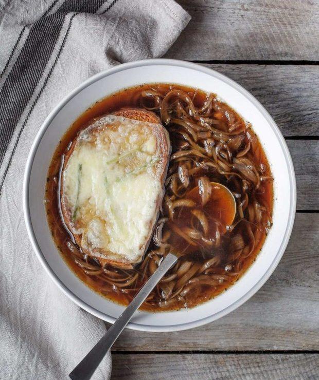 Zupa cebulowa z grzankami serowymi - Z warzywami