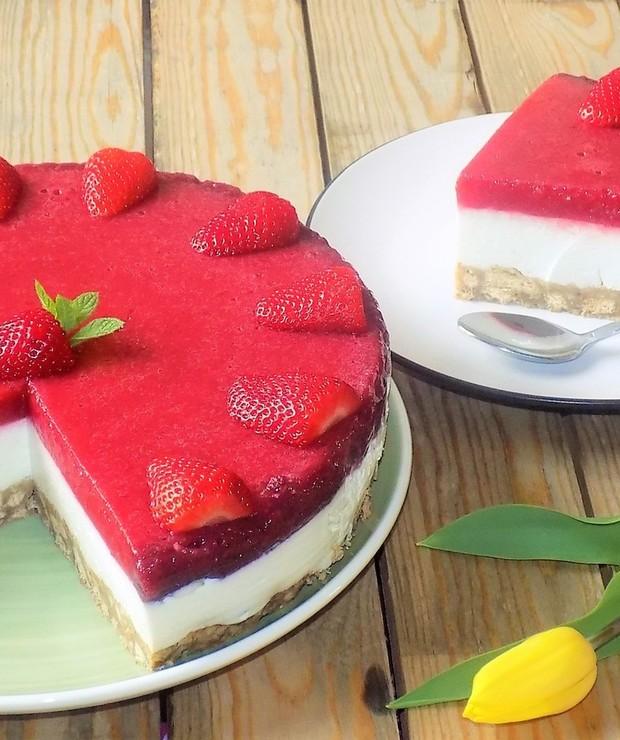 Sernik na Zimno z Jogurtem i Musem Truskawkowym - Desery i ciasta