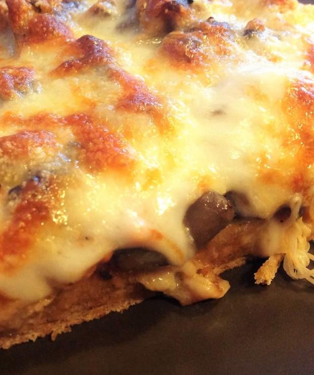 Pizza na cieście pełnoziarnistym z sosem pomidorowym - Pizza i calzone