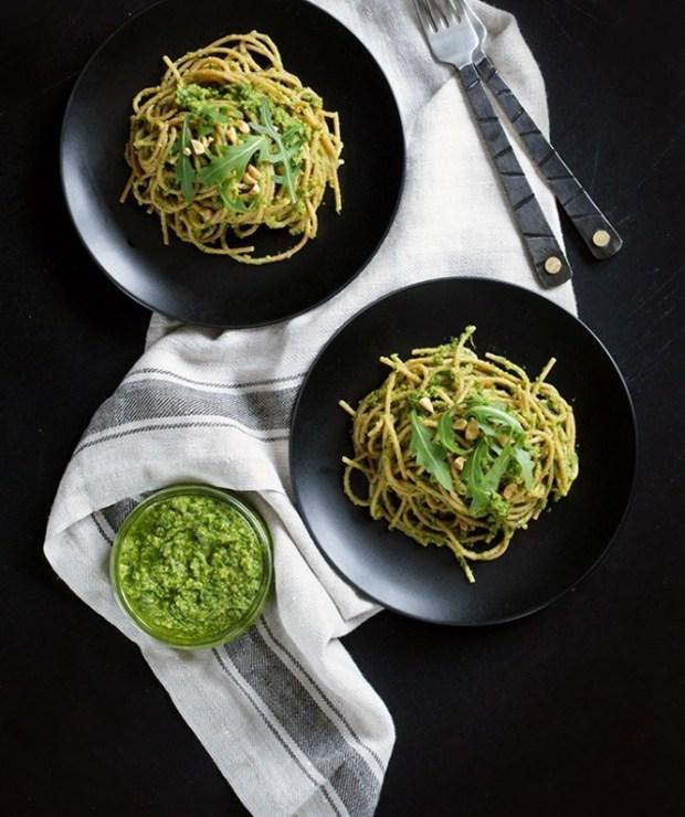 Jak przygotować idealne zielone pesto? Pesto z rukoli z makaronem. - Dania z makaronu