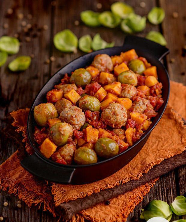 Klopsiki w pomidorach z brukselką i batatami - Wieprzowina