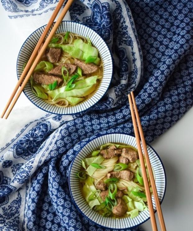 Zupa chińska z wołowiny z makaronem - Z mięsem