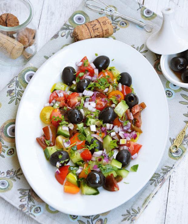 Sałatka z kolorowymi pomidorkami i czarnymi oliwkami - Surówki