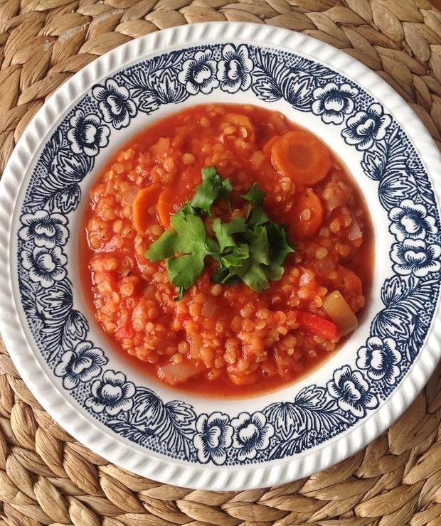 Pikantna, rozgrzewająca zupa z soczewicy - Z warzywami