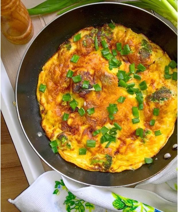 Omlet z brokułami i kozim serem - Jajka i omlety