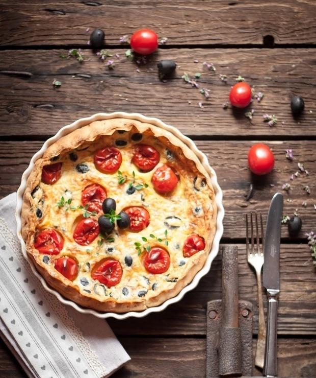 Clafoutis z pomidorkami czereśniowymi, czarnymi oliwkami i chedarem - Tarty wytrawne