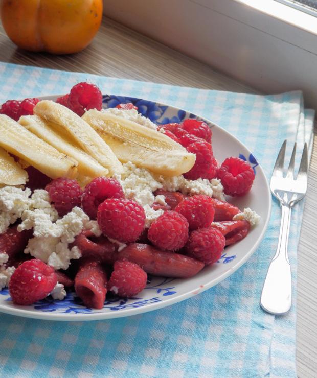 Makaron z białym serem i owocami. - Dania z makaronu