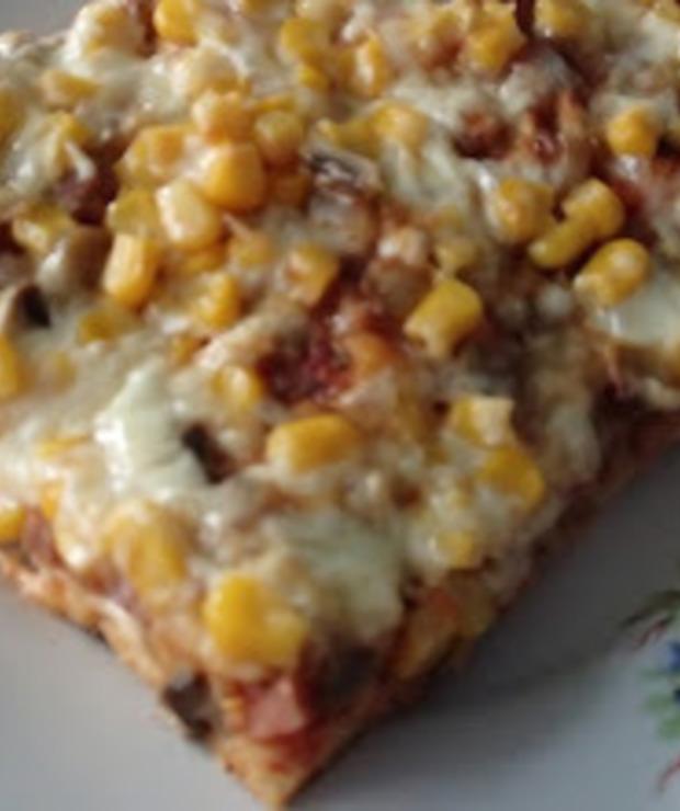 Domowa pizza z pieczarkami, kiełbasą i kukurydzą - Pizza i calzone