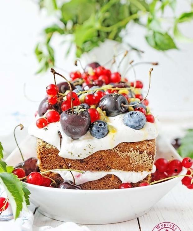 Proste ciasto z malinami i kremem - Biszkopty