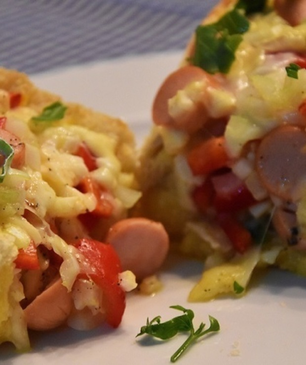 Zapiekanka z jajkami i parówką i serami - Tarty wytrawne