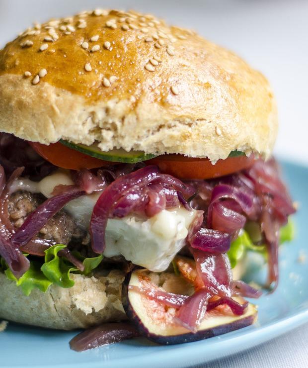Domowe burgery z karmelizowaną czerwoną cebulą i serem pleśniowym - Wołowina