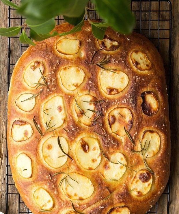 Focaccia z ziemniakami i rozmarynem… - Chleby