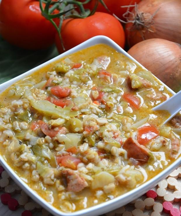 Młoda kapusta w wersji dania jednogarnkowego z kaszą owsianą , zdrową i pełną witamin. Dodatkowo soczyste pomidory , kiełbasa , cebula i zioła dopełniają smak całego dania. - Warzywa