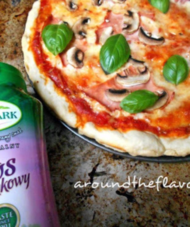 Pizza z szynką i pieczarkami - Na gorąco