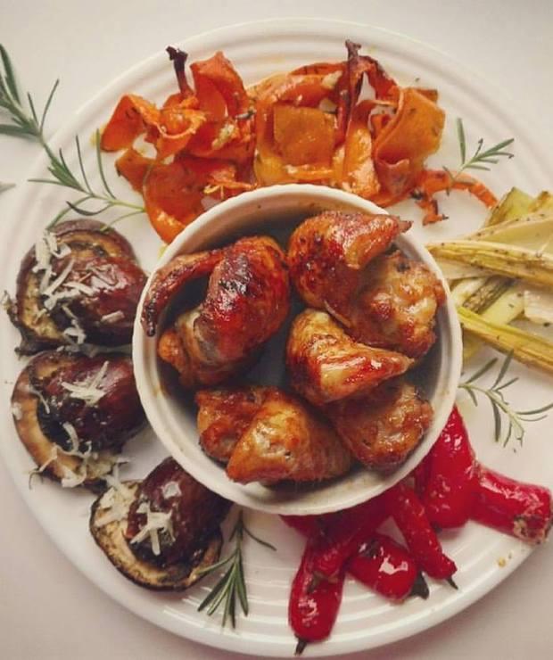 Skrzydełka miodowe z pieczonymi warzywami - Drób