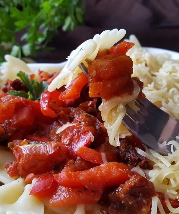 Makaron z pikantnym sosem pomidorowym - Dania z makaronu