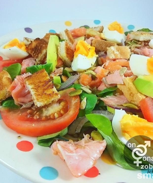 warzywna sałatka z wędzonym łososiem - Jarskie