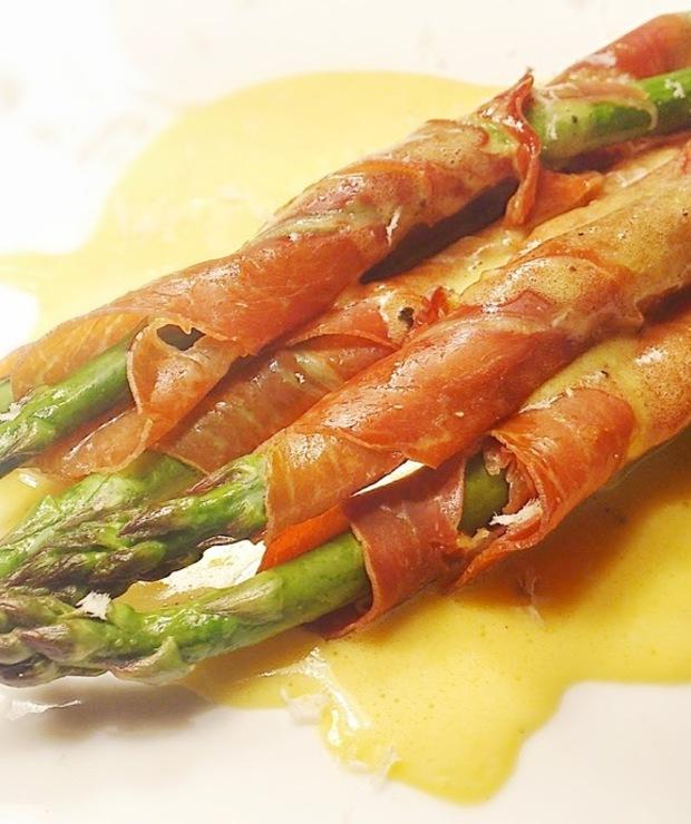 Zielone szparagi w szynce parmeńskiej z sosem holenderskim - Na gorąco