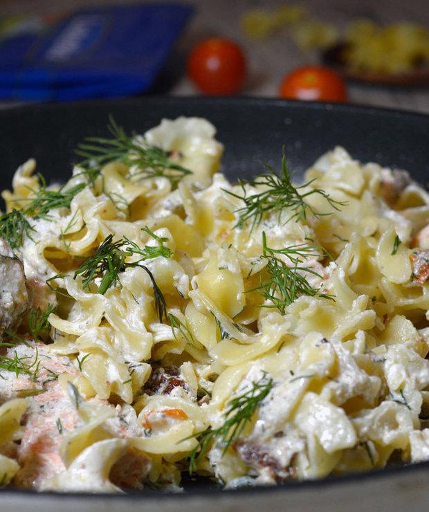 Tagliatelle z łososiem i suszonymi pomidorami - Dania z makaronu