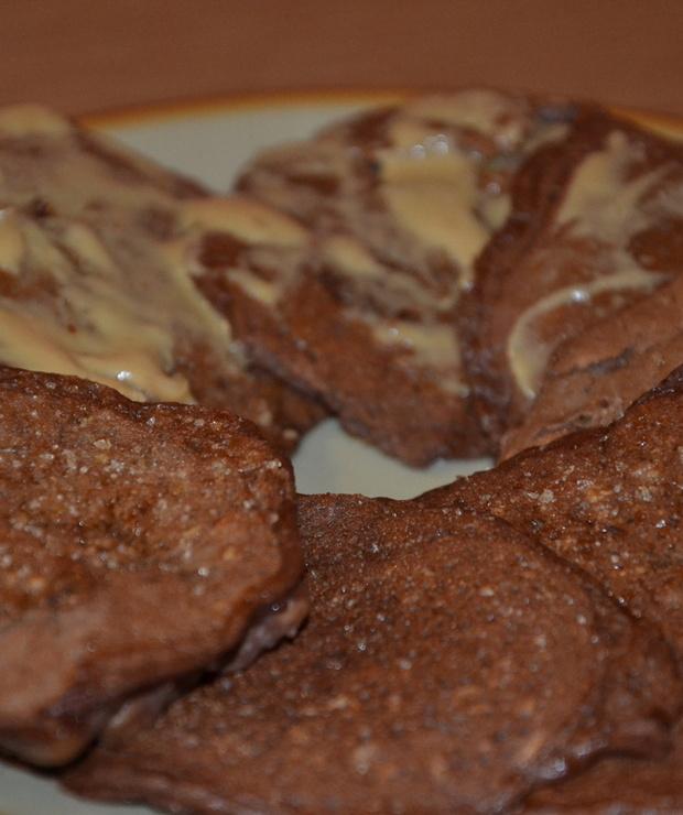 Kakaowo-serniczkowe owsiane placuszki z bananem i masłem orzechowym - Na gorąco