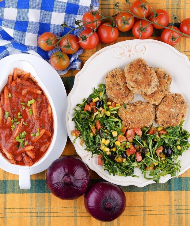 Kotlety ryżowe i fasolka szparagowa w pomidorach. - Warzywa