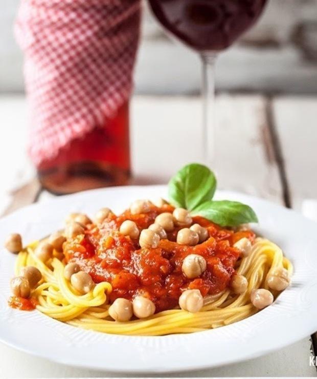 Spaghetti z cieciorką w bałkańskim sosie - Dania z makaronu