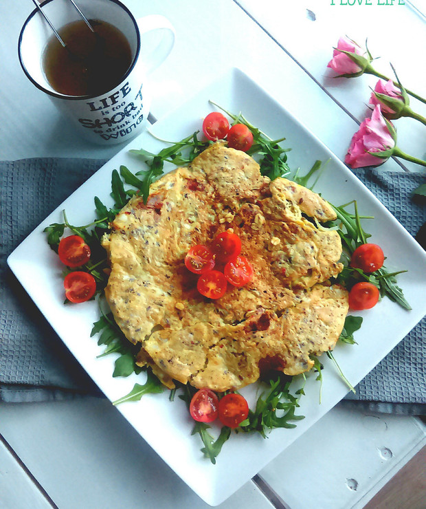 Omlet z pomidorkami i rukolą - Jajka i omlety
