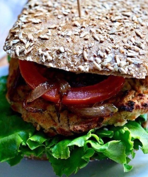 Hamburger z Tofu , Karmelizowaną Cebulą i Pikantnym Dipem z Jalapeno - Dania główne