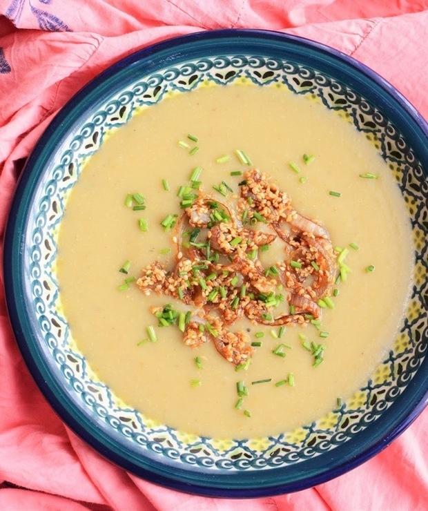 Zupa ziemniaczana z pieczonymi bakłażanami i karmelizowaną cebulą w sezamie - Z warzywami
