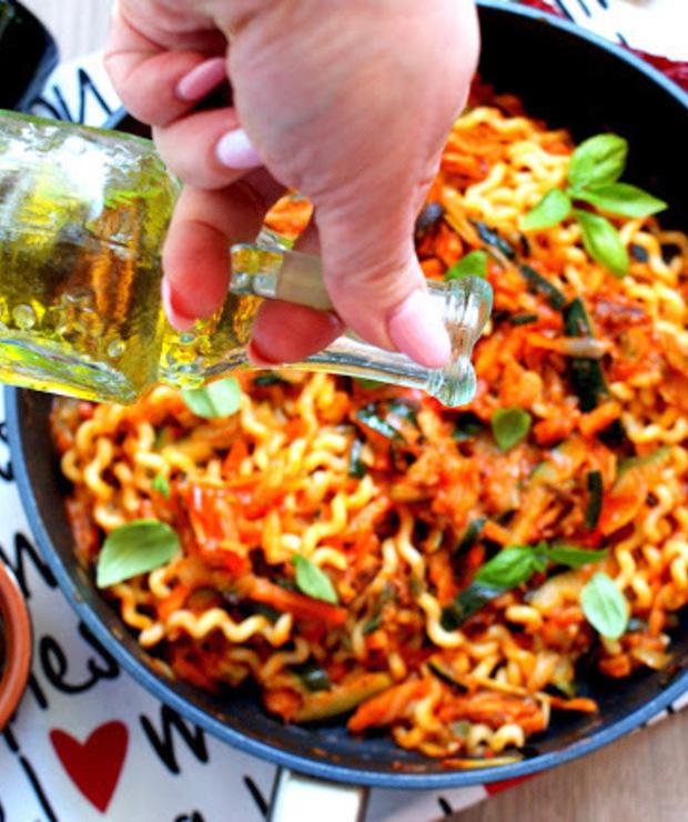 Fusilli lunghi z sosem ze smażonych pomidorów, z warzywami po hiszpańsku - Produkty