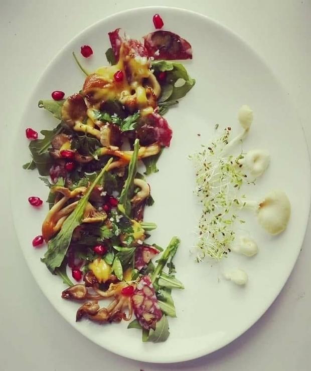 Sałatka z cytrynowymi boczniakami i orzechowym salami - Mięsne