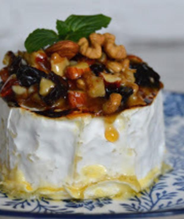 Camembert z orzechami i migdałami w miodzie - Na gorąco